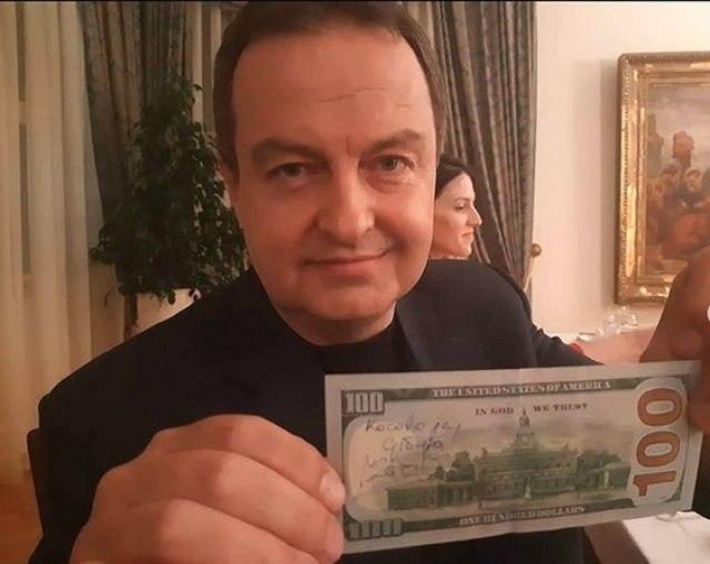 """Го прифати предизвикот: Дачиќ на банкнота од 100 долари напиша """"Косово е Србија"""""""