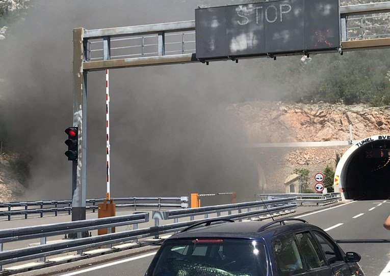 (ФОТО) Автомобил експлодира во тунел во Хрватска
