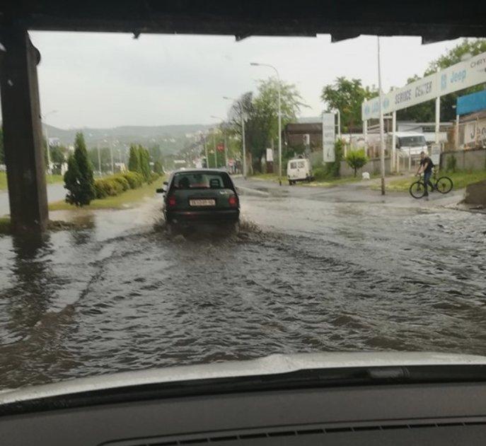 (ФОТО) Возилата тешко се движат – поплава во Кисела Вода