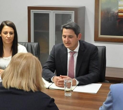 Министерот за животна средина не зборува ниту македонски, ниту албански