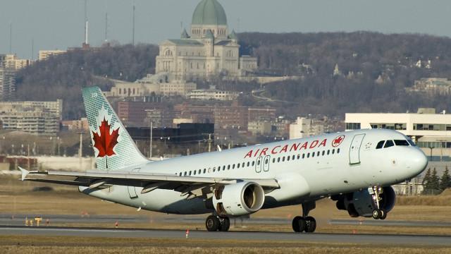 Авион принудно слета поради силни турбуленции – 35 лица се повредени