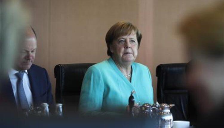 По тресењето Меркел ја пречека данската премиерка седејќи