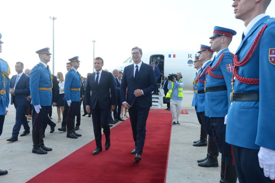 (ВИДЕО) Макрон пристигна на аеродромот во Белград