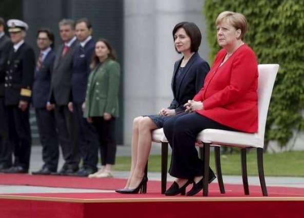 Меркел повторно седеше додека се интонираше химна