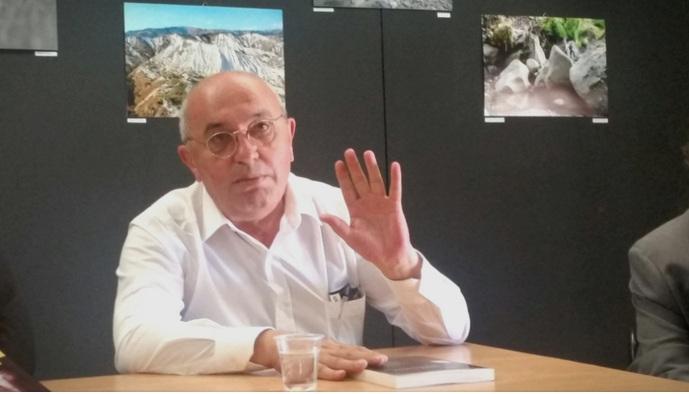 Мустафај: Власта е на коленици, Албанија е во лудило