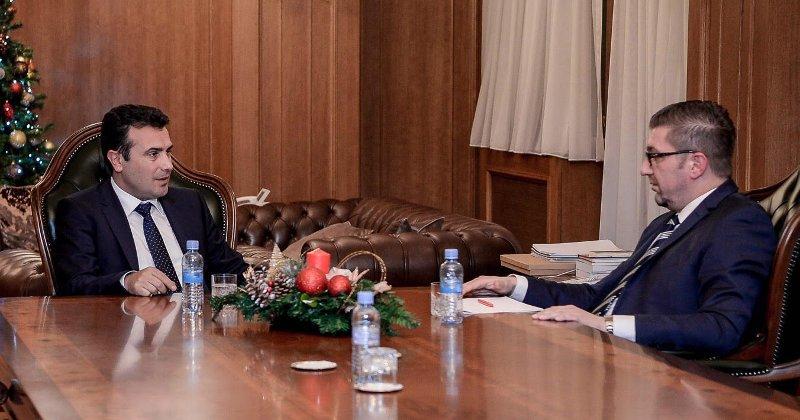 Нема договор за лидерска средба, но Заев очекува наскоро да седне на заедничка маса со Мицковски