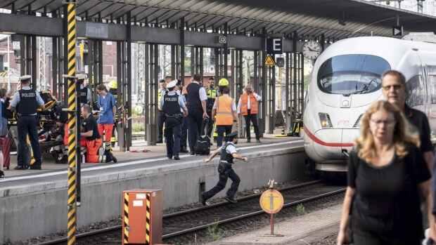 Германија: Почина дете, маж го турнал под воз
