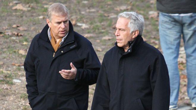 (ВИДЕО) Скандал ја тресе Британија: Принцот Ендрју ја посетувал вилата на Џефри Епстајн