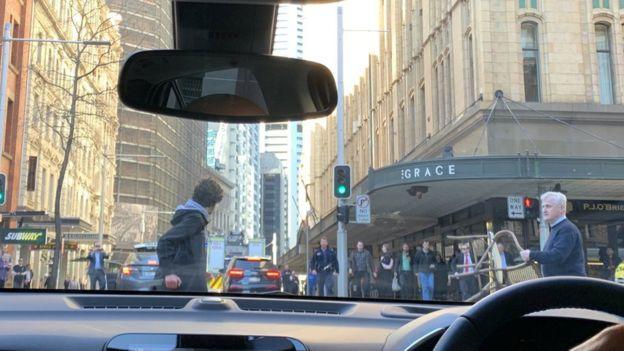 (ВИДЕО) Австралија: Граѓани спречија маж да направи масовен колеж, откако пред тоа прободел една жена