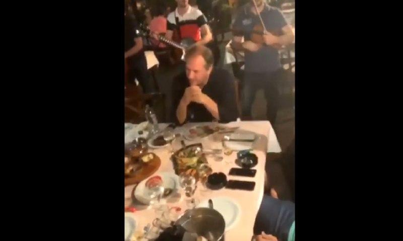 """ВИДЕО: Додека пука """"Рекет"""", Жерновски и Перо Антиќ лумпуваат по кафеани!"""