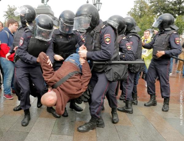 (ВИДЕО) Стотици уапсени за време на протестите во Москва, меѓу нив има и новинари и уметници