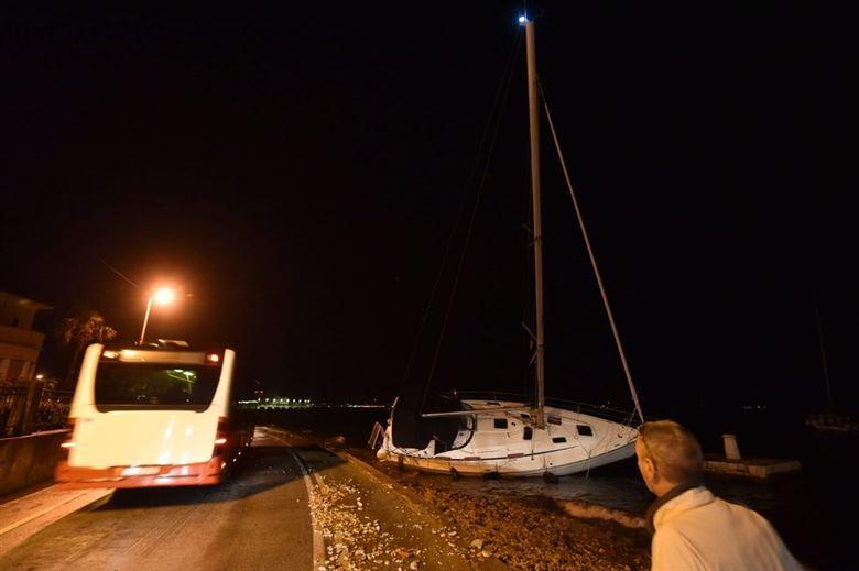 (ВИДЕО) Бродови заглавени, дрвја откорнати – силно невреме ја погоди Хрватска