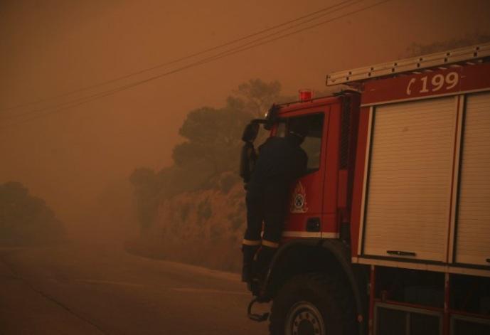 Грција: Евакуирани хотели, туристи пренесени во спортска сала- има висока опасност од пожари