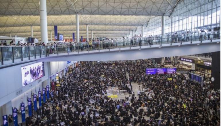 Поради протестите откажани се сите летови од аеродромот во Хонгконг
