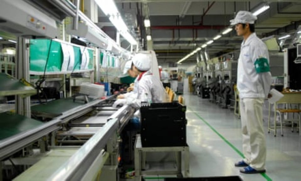 Стотици ученици во Кина прекувремено и по цели ноќи работеле на производство на уреди на Амазон Алекса