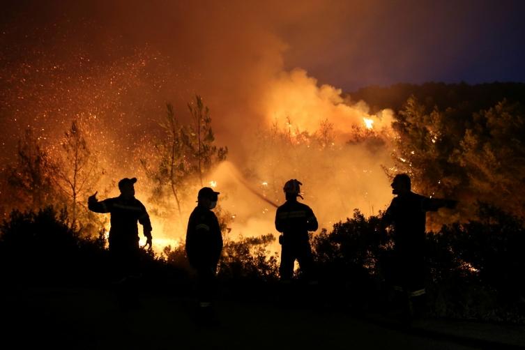 (ВИДЕО) Портокалово небо: Уште беснеат пожарите во Грција