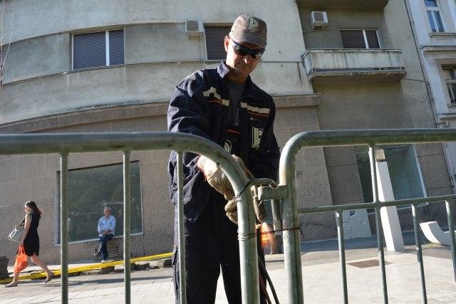 (ФОТО) Вучиќ ја отстрани заштитната бариера околу претседателската резиденција