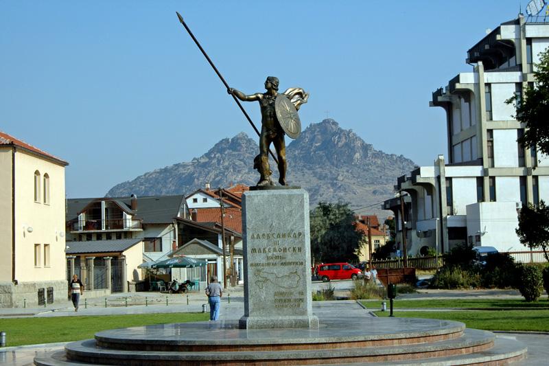 """(ФОТО) Прилепчани го избришаа делот од таблата дека Александар е дел од """"хеленската историја"""""""
