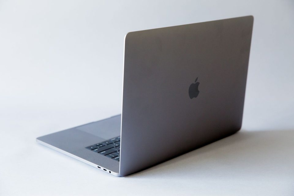 """САД забрани внес на одредени модели на лаптопи на """"Епл"""" во авионите поради опасност од пожар"""