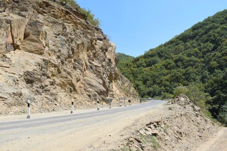 Се расчистува патот од паднатиот рид кај Истибања