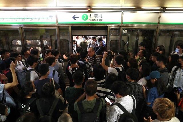 Аеродромот во Хонгконг повторно работи, протестите продолжуваат