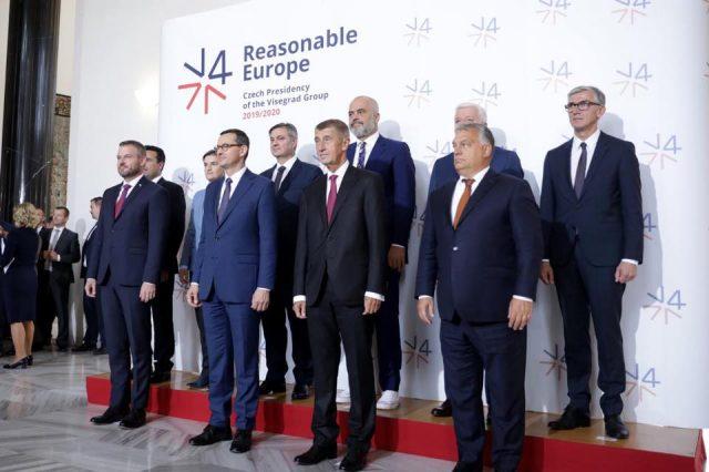 (ФОТО) Рама повторно во свој препознатлив стил на облекување на средбата во Прага