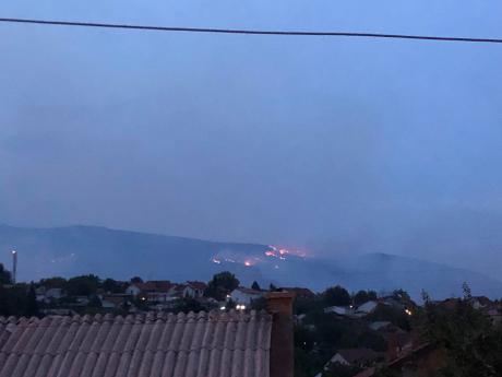 Детали од пожарот во скопско Виниче: Три противпожарни возила се борат со пожарот