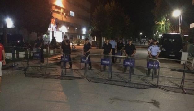 Жителите чекаат пред полицијата во Охрид: Меѓу приведените и фудбалер