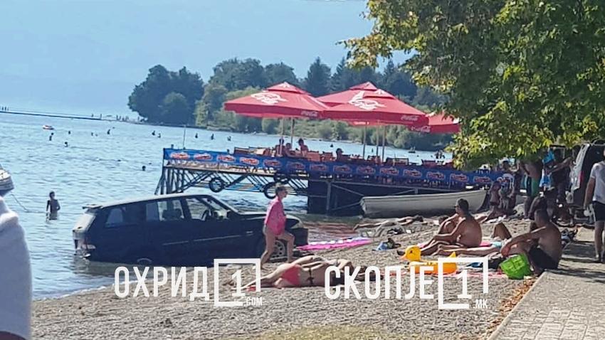 (ФОТО) Џип заврши во водите на Охридското езеро