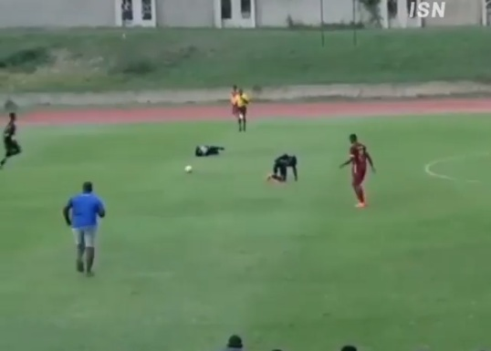 (ВИДЕО) Гром удри во фудбалери за време на фудбалски натпревар