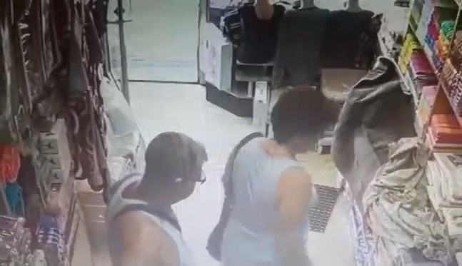 (ВИДЕО) Во продавница во Струмица крадец и украде 5.000 денари од ташната на продавачката