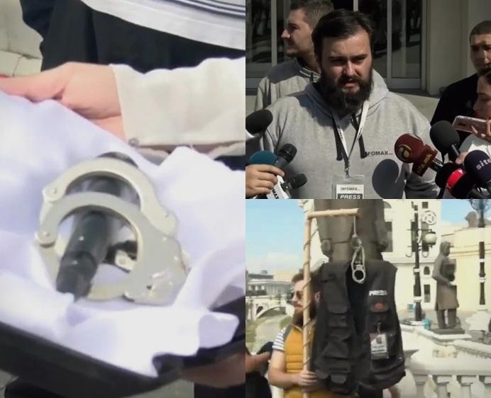 (ФОТО) Новинарите одржаа протест против прогонот од власта со микрофон со лисици и заробена новинарска облека
