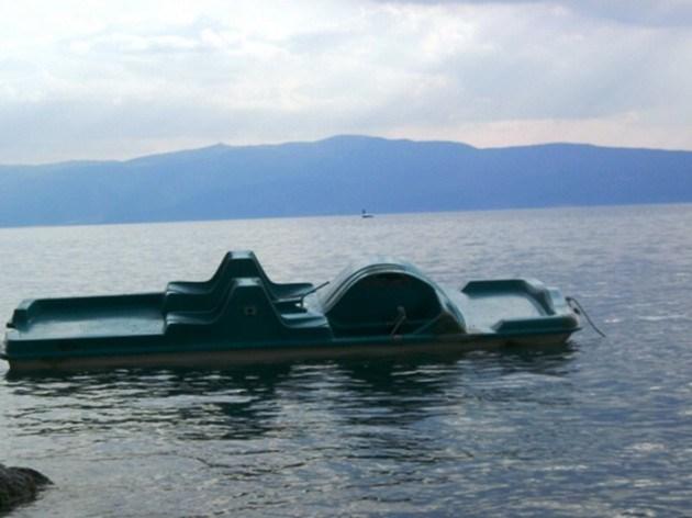 Потона педалинка во Охридското езеро на 30 метри од брегот