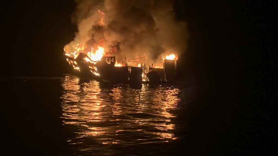 САД: 25 загинати а по 9 се уште се трага откако се запали туристички брод кај Лос Анџелес