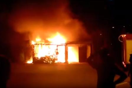 (ВИДЕО) Пожар во Козле: Горат стари гаражи