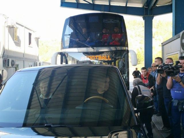 (ВИДЕО) Косовската полиција не ги пушти фудбалерите на Црвена Sвезда да влезат во Косово