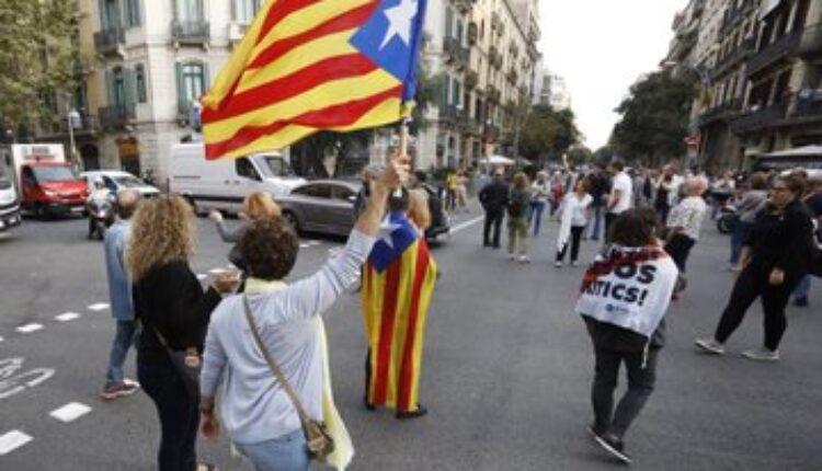 Откажани летови на аеродромот во Барселона – 13 повредени во протестите