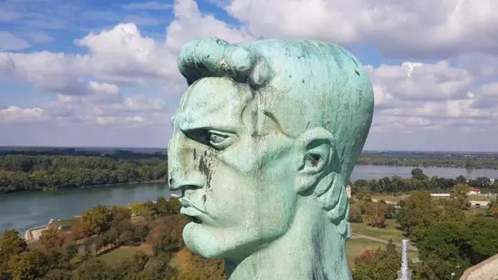 """(ФОТО) По 91 година споменикот """"Победник"""" го напушта Калемегдан"""