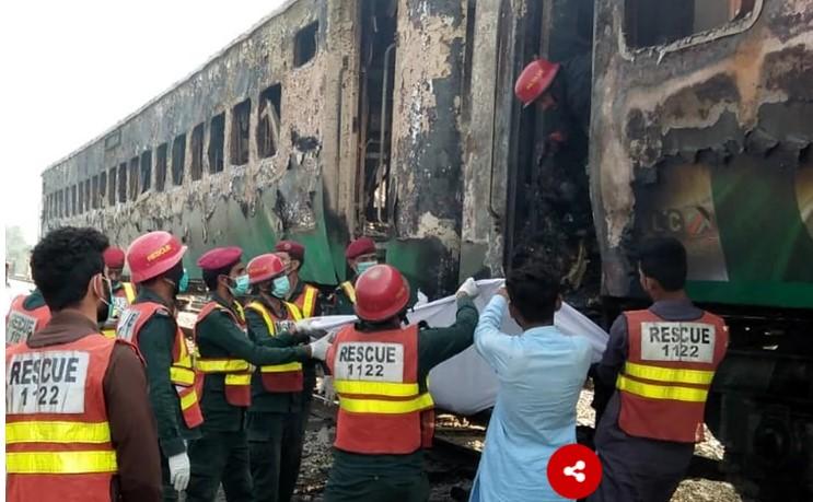 Над 70 мртви во страотен пожар во воз во Пакистан (ФОТО)
