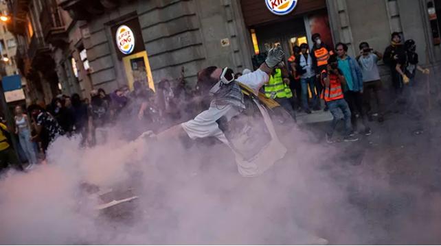ХАОС ВО ШПАНИЈА! Стотици илјади демонстранти во Барселона
