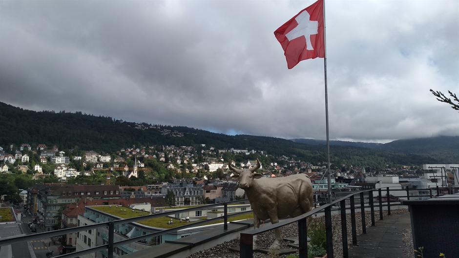 Рестриктивни мерки во Швајцарија: Владата нареди затворање на рестораните и спортските центри