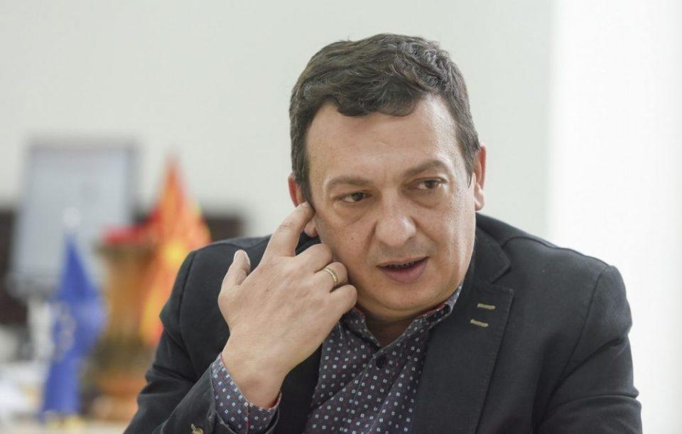 Мојсовски: Полицајците ќе бидат суспендирани, му купувале сендвич и на затвореникот