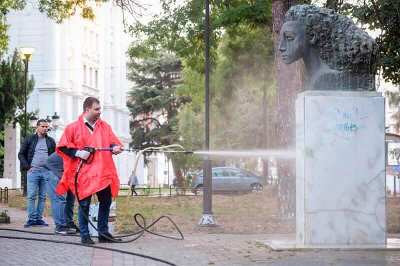 Градоначалникот Богдановиќ во акција за чистење на спомениците од НОБ