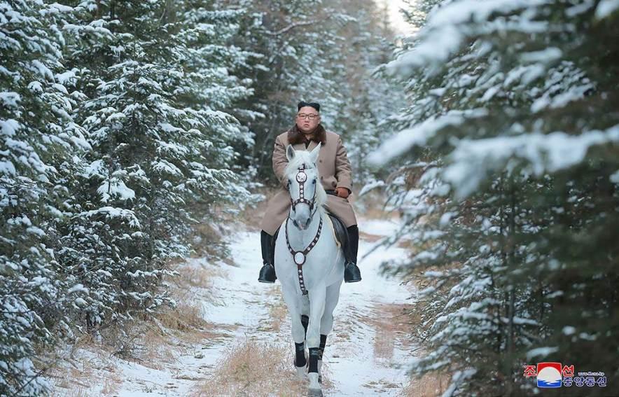 Најавува ли важна одкука – Ким Џонг Ун на бел коњ јава по планината Пaекту