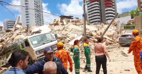 (ВИДЕО) Најмалку еден загинат во урната седумкатница во Бразил