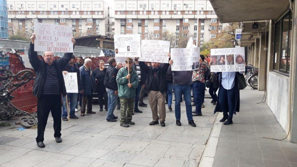 (ВИДЕО) Власта им се заканува на глувите лица: Ако протестирате ќе ви го укинеме додатокот