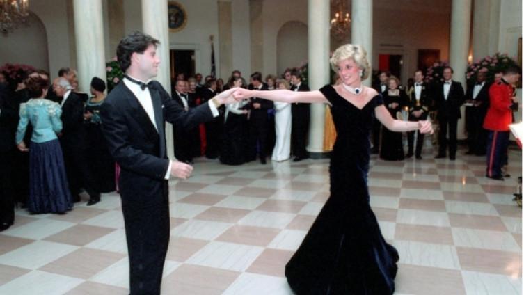 Култниот фустан во кој принцезата Дијана танцуваше со Траволта ставен на аукција
