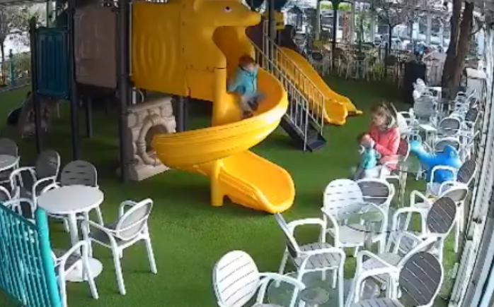 Мајката во шок, го однела детето во болница на преглед, откако видела на снимка како дадилката го тепа