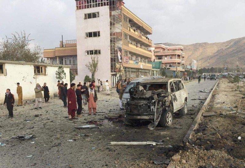 (ФОТО) Најмалку седум загинати во експлозија на автомобил-бомба во Кабул