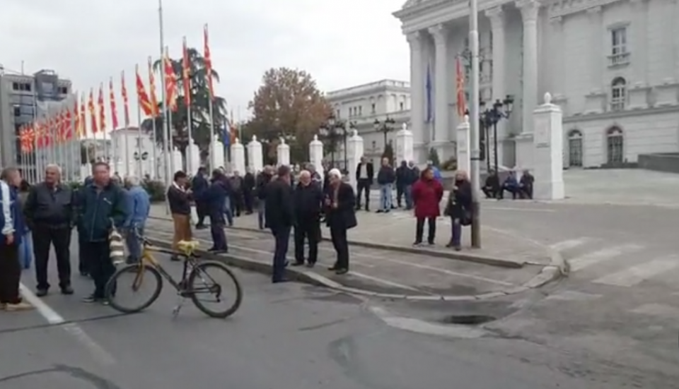 (ВИДЕО) Вработените во Охис на протест пред Влада